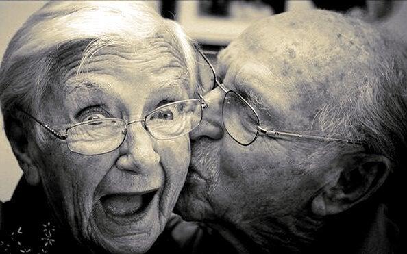 Ein älteres Ehepaar ist glücklich und immer noch verliebt wie am ersten Tag.