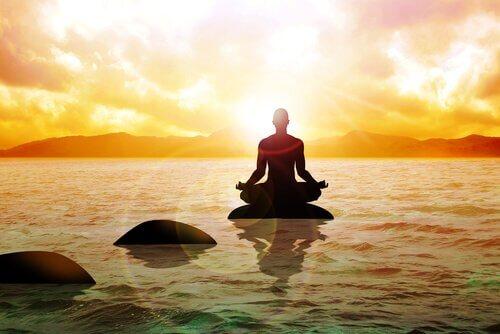 Buddhistischer Mönch beim Meditieren