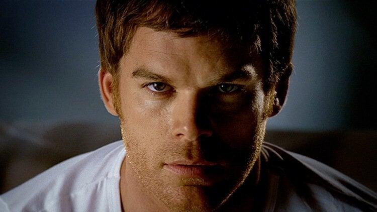 Dexter blickt furchterregend