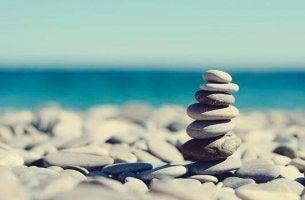 Mit Sorgen umgehen - Steine am Strand