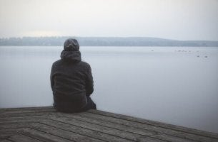Schizoide Persönlichkeitsstörung - Einsamer Mann blickt aufs Wasser