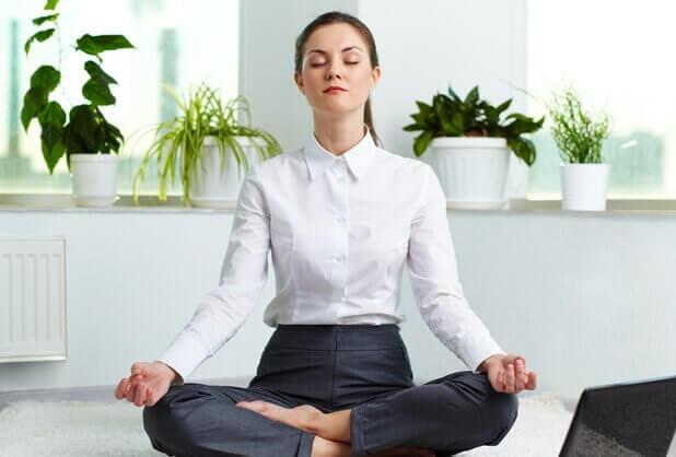 Frau, die meditiert und Atemübungen macht