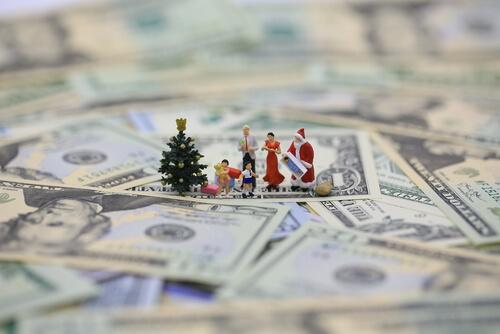 Weihnachtsfiguren stehen auf Geldscheinen