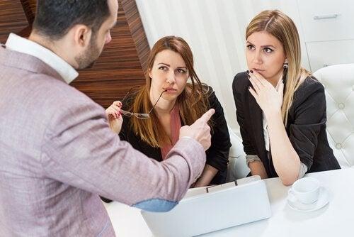 Kollege gibt zwei Frauen Anweisungen