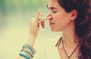 Atemtechniken zur Reduktion von Angstzuständen - abwechselnd durch die Nasenlöcher atmen