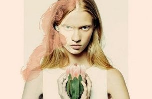 Selbstbewusstsein und Respekt - Frau hält Blume in der Hand
