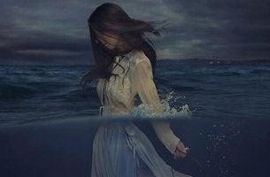 Resilienz bei Opfern - Frau im Meer