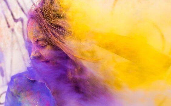 Frau in Tönen aus lila und gelb
