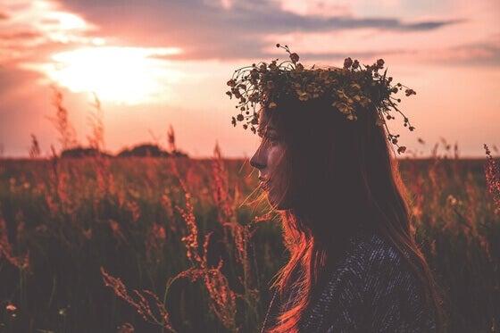 Frau mit Blumenkranz auf dem Kopf