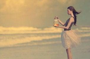 Ändere dein Leben - Frau mit Fisch im Glas