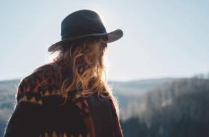 Akzeptieren, was uns wiederfährt - Frau allein vor weiter Landschaft