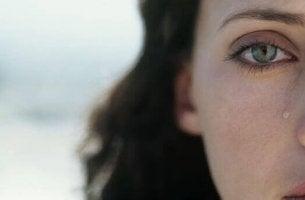 Verzeihe dir selbst - Frau schaut mit Tränen in den Augen in die Kamera