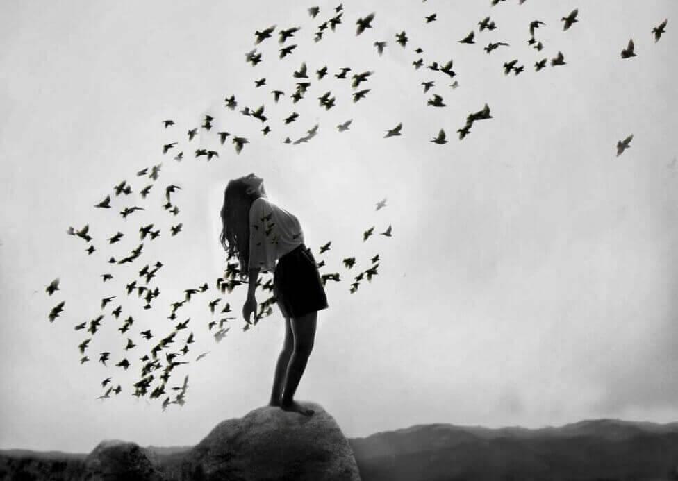 Frau umgeben von Vögeln