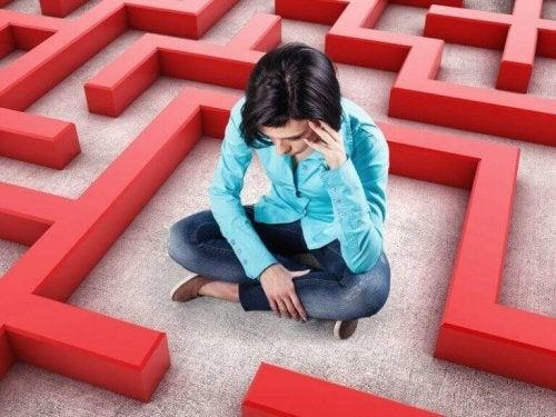 Frau sitzt im Labyrinth