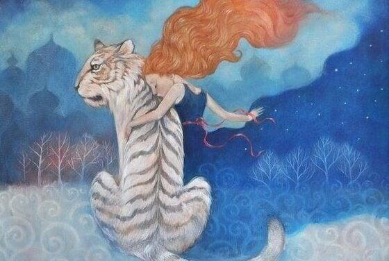 Frau umarmt einen Tiger