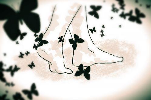 Füße zwischen Schmetterlingen