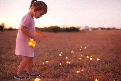 Hilfe zur Selbsthilfe - Glühwürmchen sammelndes Mädchen
