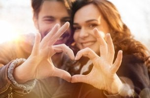 Arten von Liebe - mit Händen geformtes Herz