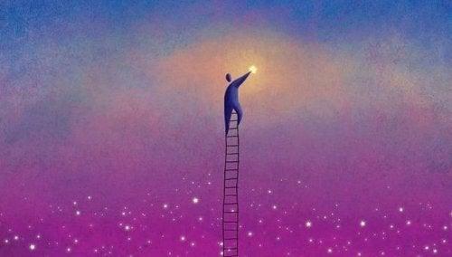 Mann klettert auf einer Leiter zu den Sternen hoch