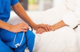Bewusstseinsverlust - Krankenschwester mit Patient