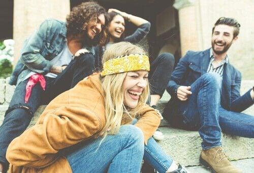 Lachende Freunde sitzen auf einer Treppe