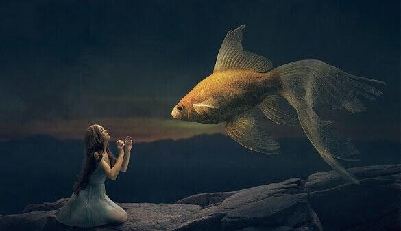 Mädchen spricht mit großem Fisch