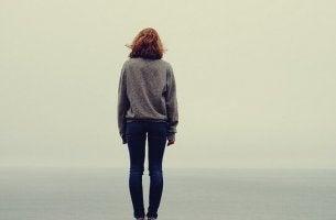 Leben ohne Familie - Mädchen allein vor weitem Horizont