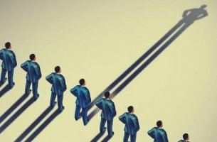Autoritäre Menschen werfen lange Schatten