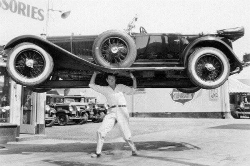 Mann hebt Fahrzeug an