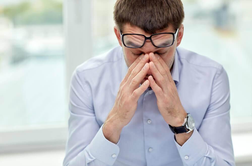 Verzweifelter Mann mit Brille