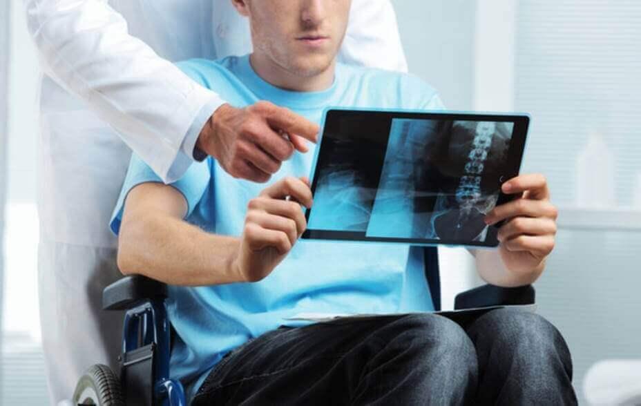 Gehbehinderter Patient mit Röntgenbild der Wirbelsäule