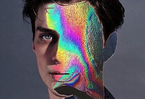 Mann, dessen Gesicht unter bunten Farben nicht mehr erkennbar ist