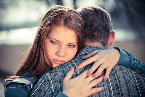Frau umarmt ihren Partner