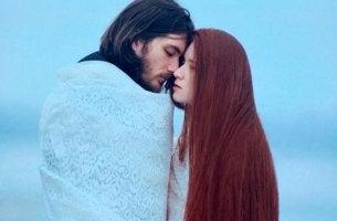 Fehler, die häufig in Beziehungen gemacht werden - Paar genießt Nähe