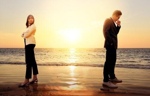 Paar streitet am Strand