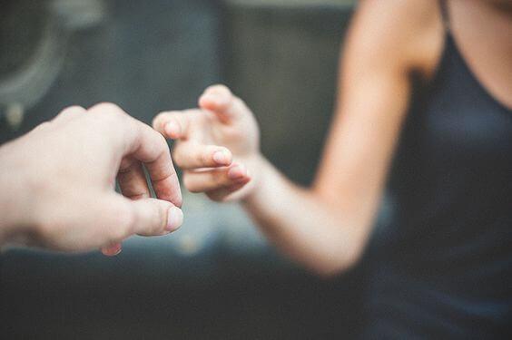 Paar nimmt sich bei der Hand