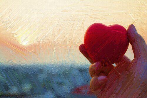 Hand hält rotes Herz