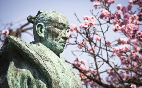 Wie auf Provokation reagieren? - Statue eines Samurai