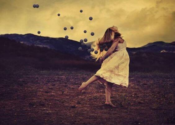 Tanzende Frau mit Kugeln, die gen Himmel fliegen