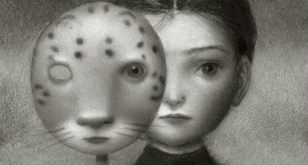 Mädchen hinter einer Maske