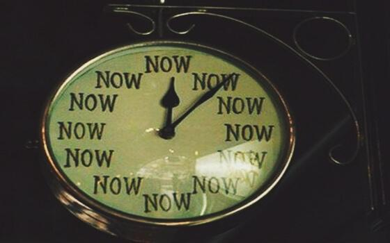 """Uhr zeigt an, dass es immer """"jetzt"""" ist"""