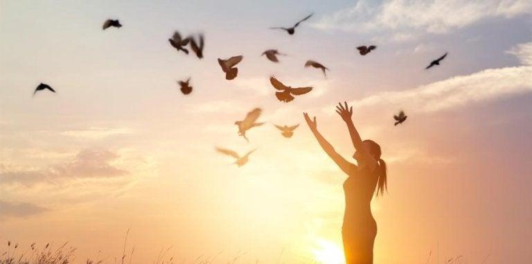 Frau lässt Tauben fliege