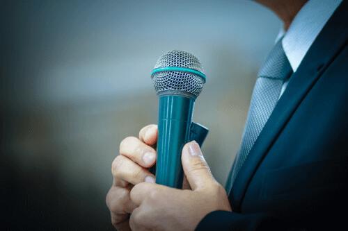 9 Tricks, die dir öffentliches Sprechen erleichtern