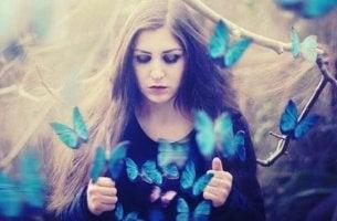 Verpflichtet, zu schweigen - Frau, aus deren Shirt Schmetterlinge flattern