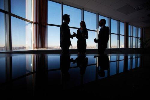 Diplomatische Menschen im Gespräch