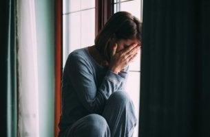 Anpassungsstörung - weinende Frau am Fenster