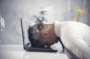 Das Burnout-Syndrom - überarbeiteter Mann legt den Kopf auf die Tastatur
