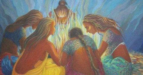Eine Gruppe von Frauen, die um ein Lagerfeuer sitzt