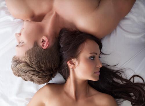 Paar, das Kopf an Kopf im Bett liegt