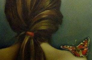 Haut und Emotionen - Schmetterling auf der Schulter einer Frau